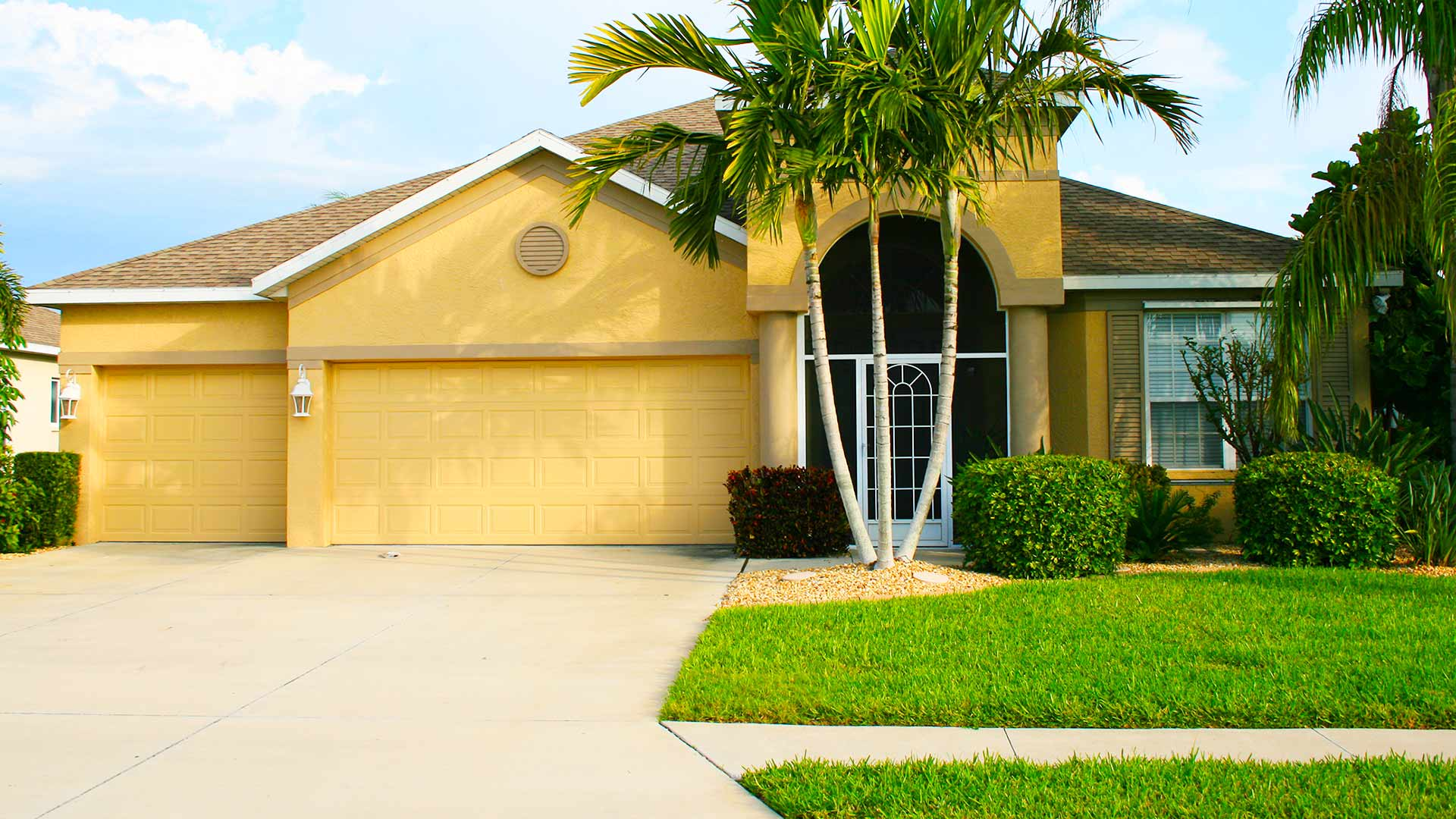 Lakeland, FL home with professionally manicured landscape by ProCare Lawn Maintenance.